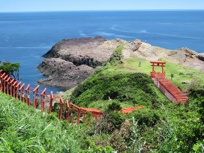 潮吹き岩から続くお稲荷さんの鳥居1.jpg