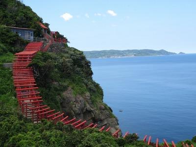 潮吹き岩から続くお稲荷さんの鳥居2.jpg