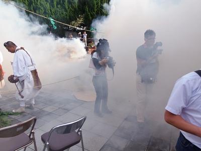 煙の中の取材陣.jpg