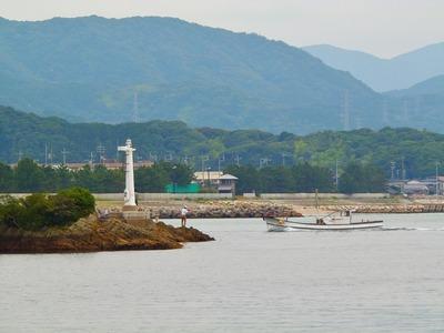 王子鼻の釣り師と漁船.jpg