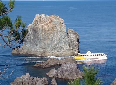 男岩と観光船.jpg
