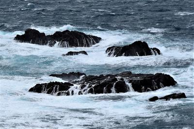白波と岩の滝.jpg
