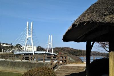 白鳥大橋と四阿1.jpg