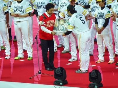 福岡市長からの贈呈.jpg