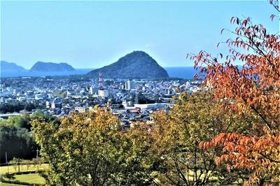 秋色と萩市街地.jpg