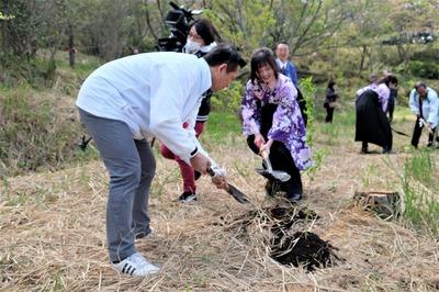 笠本俊也山口県議会農林水産委員長と桜姫.jpg