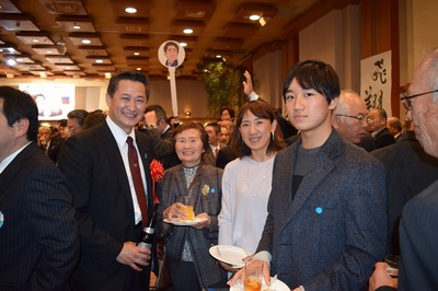笠本県議会議員と河部さんファミリー.jpg