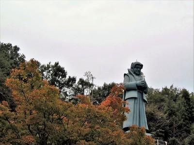 紅葉と天草四郎像.jpg