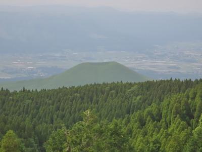 草千里展望台からの米塚.jpg