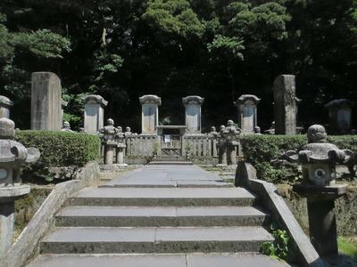 萩藩主毛利家東光寺墓所.jpg