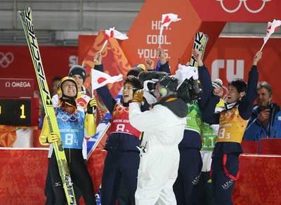 葛西(左端)と喜ぶ日本チーム.jpg