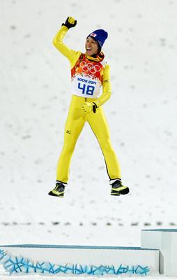 表彰台で飛び上がって喜ぶ葛西選手.jpg