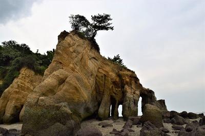 西側からの「くぐり岩」1.jpg