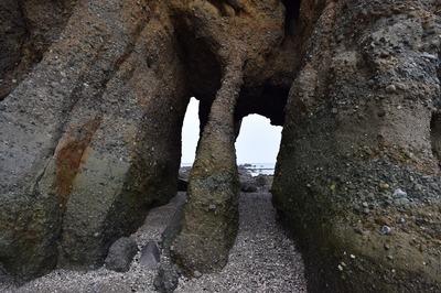 西側からの「くぐり岩」3.jpg