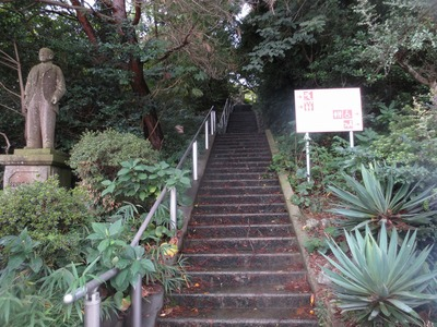 近松門左衛門の碑への階段.jpg