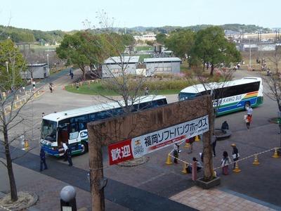 選手・コーチ・スタッフを運ぶバス.jpg