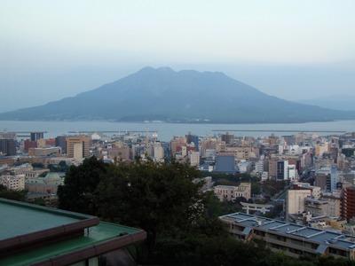 部屋からの桜島と鹿児島市街.jpg