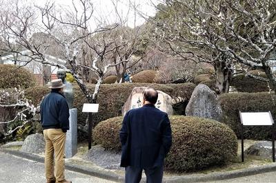 野村望東尼の胸像・歌碑前で.jpg