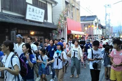 金子みすゞ記念館前の賑わい1.jpg