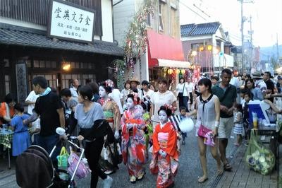 金子みすゞ記念館前の賑わい2.jpg