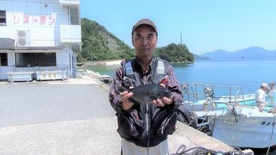 釣り師と30cmのクロ.jpg