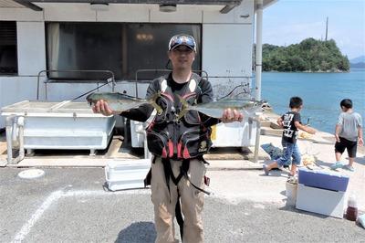 釣り師と55cmのヒラマサ.jpg