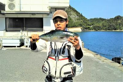 釣り師と55cmヒラソ.jpg