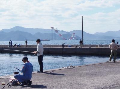 釣り師とクレーン船1.jpg