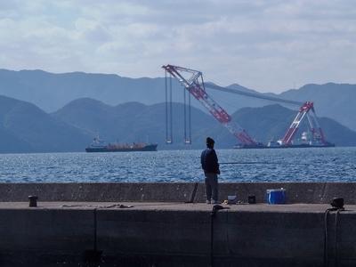 釣り師とクレーン船2.jpg