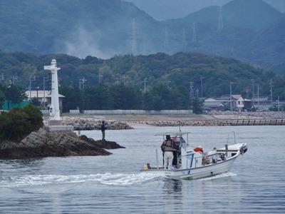 釣り師と遊漁船.jpg