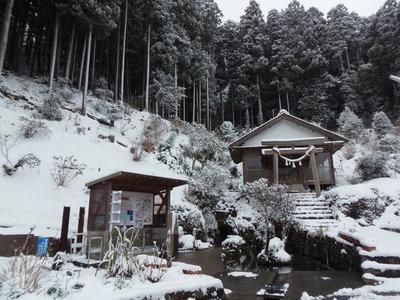 雪化粧の半田弁天と湧水汲み場.jpg