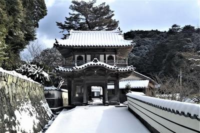 雪化粧の西園寺山門1.jpg