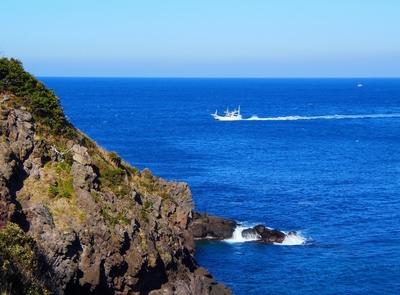 青い海と遊漁船.jpg