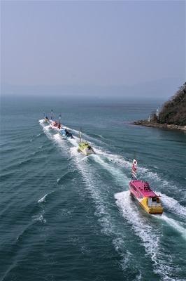 青海島観光汽船パレード2.jpg