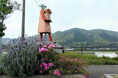 香月ロードおもちゃの大行進と季節の花.jpg