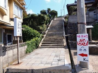 駐車場から楊貴妃の里への階段.jpg