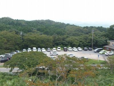 駐車場と少し秋色.jpg
