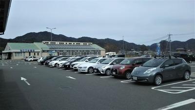 駐車場と温水プール.jpg