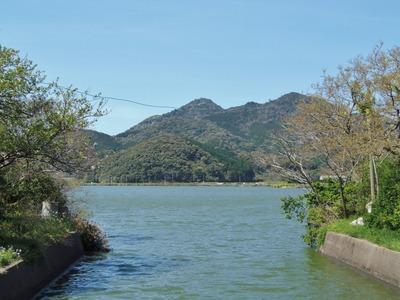 高山と青海湖.jpg