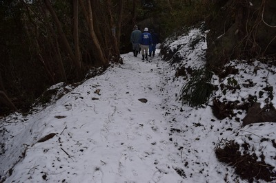 高山登山道の雪.jpg