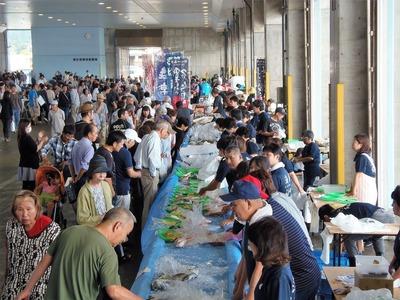 鮮魚コーナーの賑わい.jpg