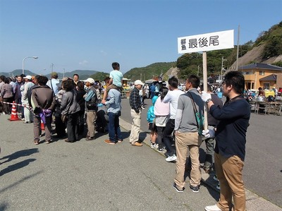 鮮魚販売長蛇の列.jpg