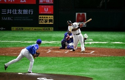 1回1死二塁、先制の左前適時打を放つデスパイネ.jpg