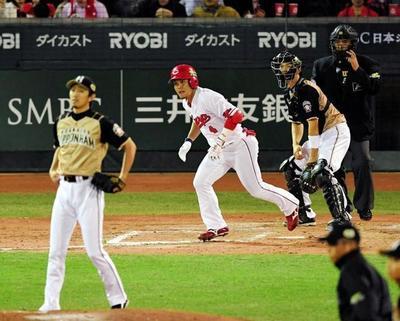 2回、右中間に先制の適時二塁打を放つ小窪.jpg