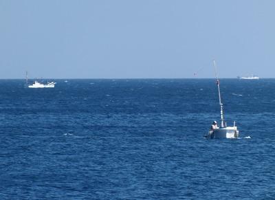 3隻の船と水平線.jpg