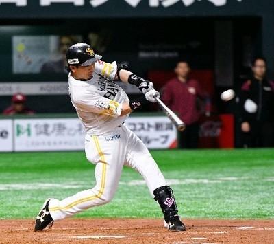 4回無死一塁、左中間に2ランを放つ松田.jpg