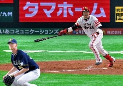 4回1死三塁、中前適時打を放つ高谷.jpg