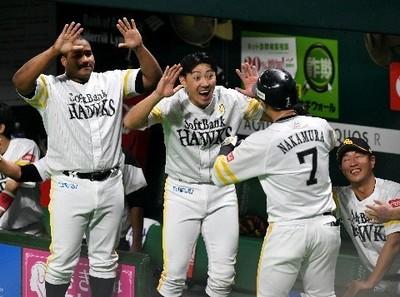6回無死、勝ち越しソロの中村晃を迎える(左から)デスパイネ、内川.jpg