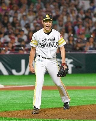 6回2死三塁、楽天・ウィーラーを空振り三振に仕留め、雄たけびを上げる武田.jpg
