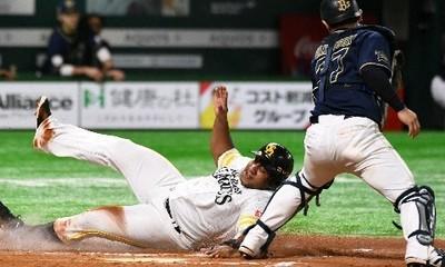 7回無死一、三塁、中村晃の左犠飛で生還する三走・デスパイネ.jpg
